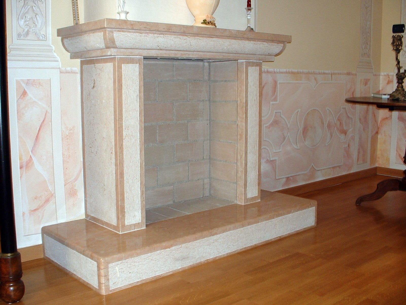 Caminetto antico in Pietra rosa della Lessinia (o pietra di Prun).
