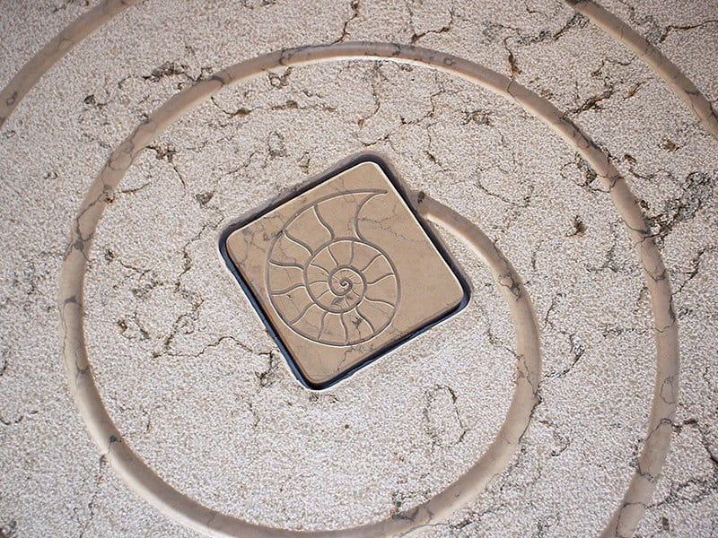 Piatto doccia in pietra bianca della Lessinia. Finitura personalizzata