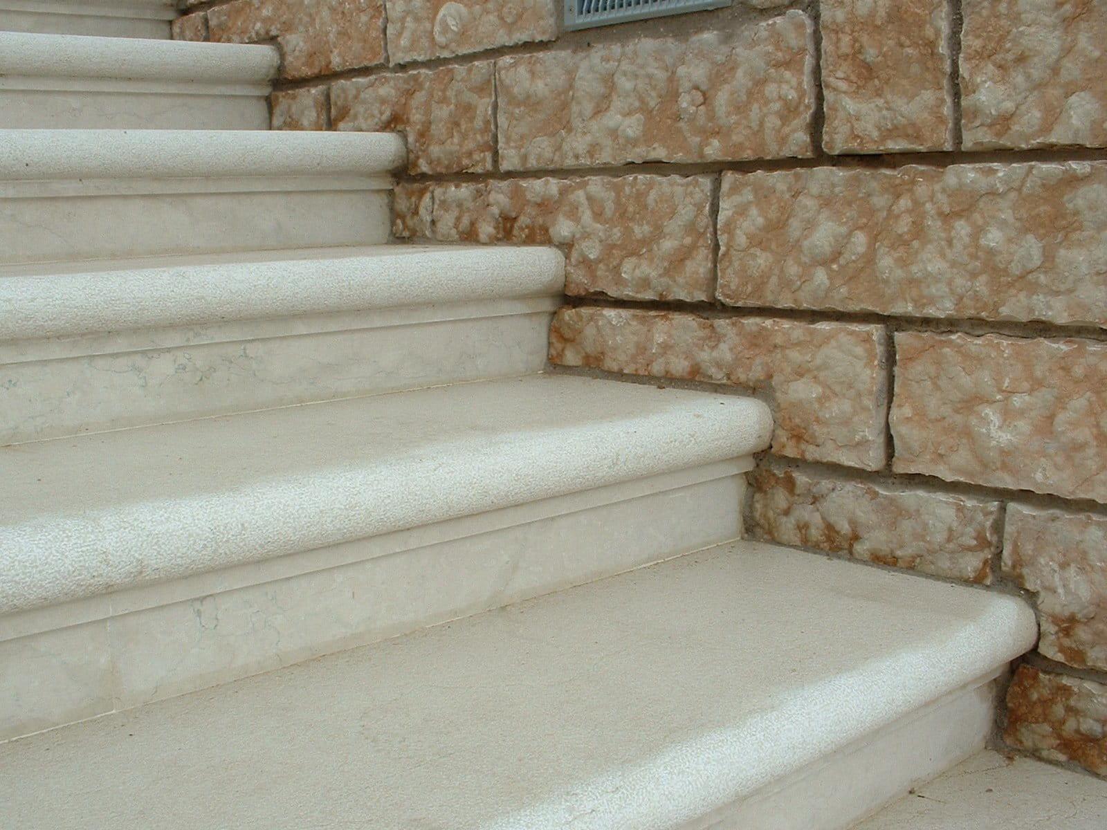 Scala esterna in Pietra della Lessinia (o pietra di Prun) bianca.