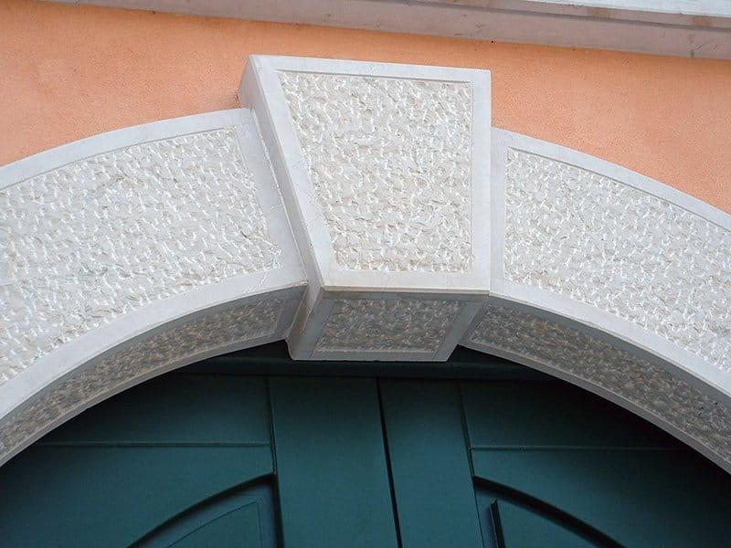 contorno porta in pietra della lessinia (o di Prun) ad arco