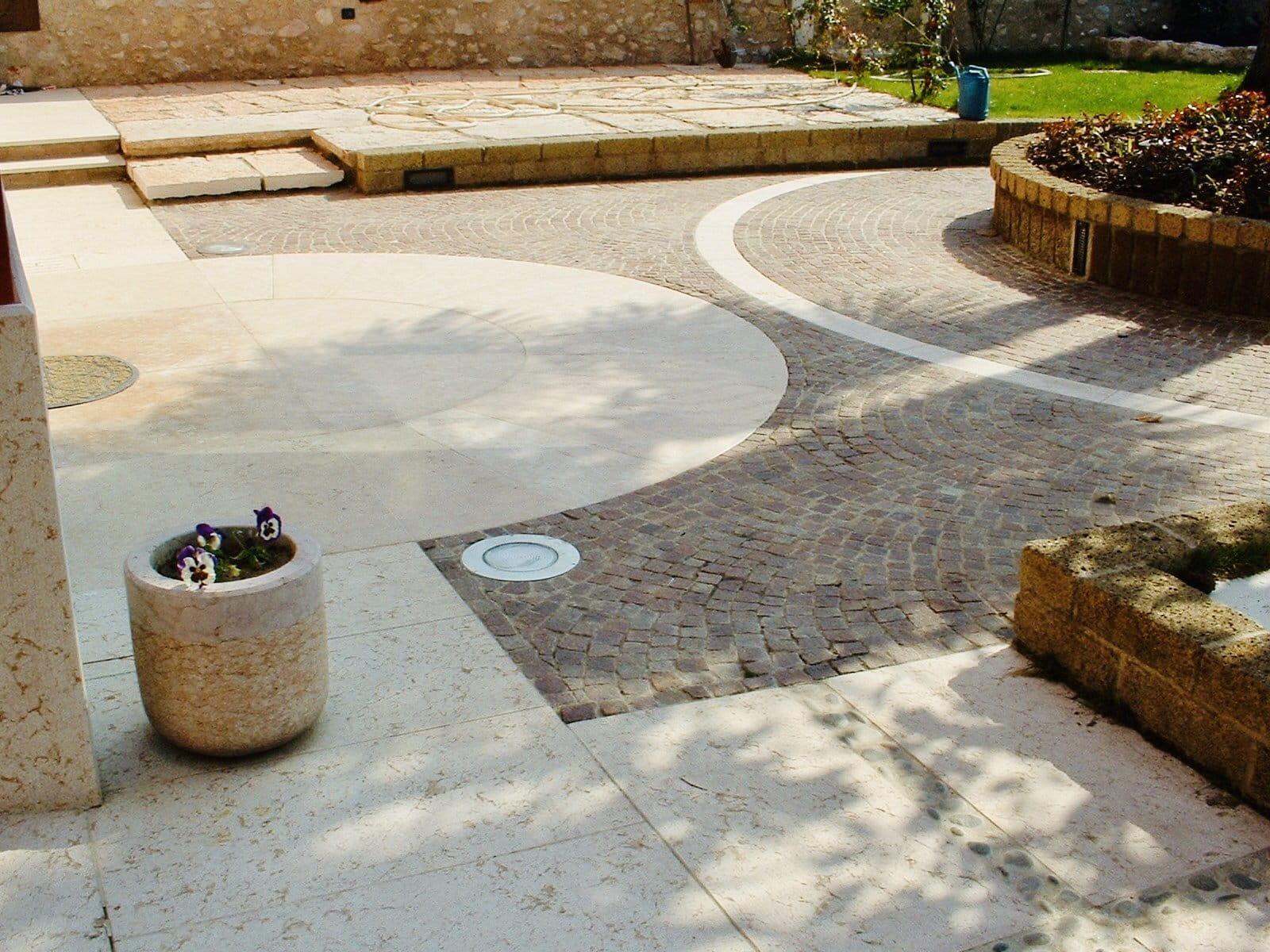 Pavimentazione esterna in Pietra della Lessinia (o Pietra di Prun).