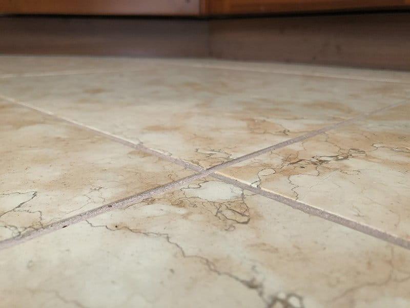 Pavimento interno in Pietra della Lessinia (o Pietra di Prun) rosa, spazzolata