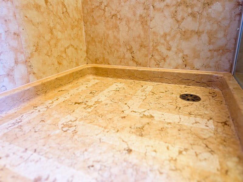 piatto doccia in Pietra della Lessinia rosa, finitura levigata