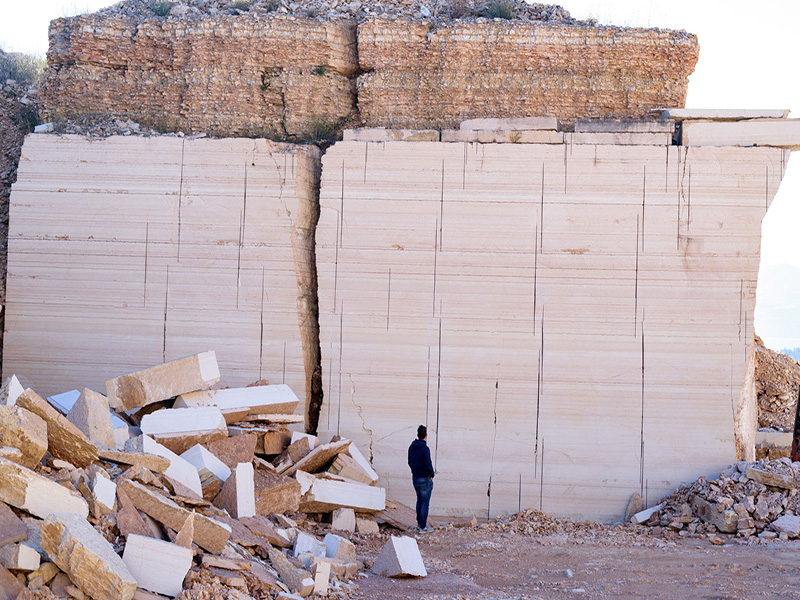 estrazione pietra della lessinia o di prun in cava a sant'anna d'alfaedo